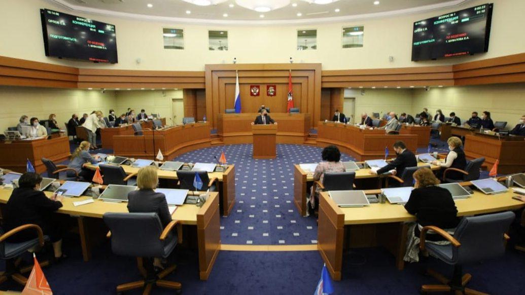 Спустя год проведено первое очное заседание Мосгордумы.